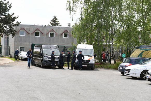 Het voomalig open terugkeercentrum in Holsbeek werd twee weken geleden- met Maggie De Block en Koen Geens - officieel ingehuldigd, maar kan voorlopig nog niet openen.