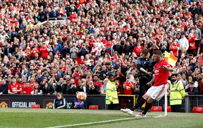 David Beckham trapt een corner.