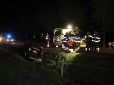 Auto over de kop in sloot beland in Kekerdom, vrouw gewond
