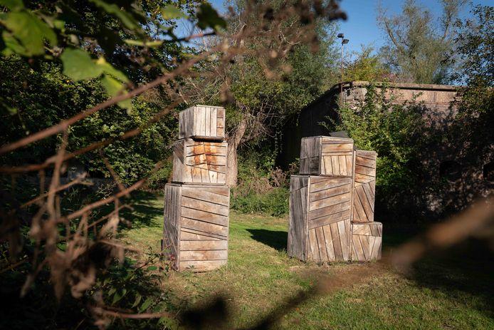 'Een opeenstapeling van houten kistjes in sculpturale vorm': het kunstwerk 'Getuigen' van Heidi Linck bij Fort Lent.