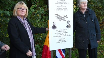 Familie gesneuvelde Britse vliegeniers onthullen gedenkplaat in Lauwe
