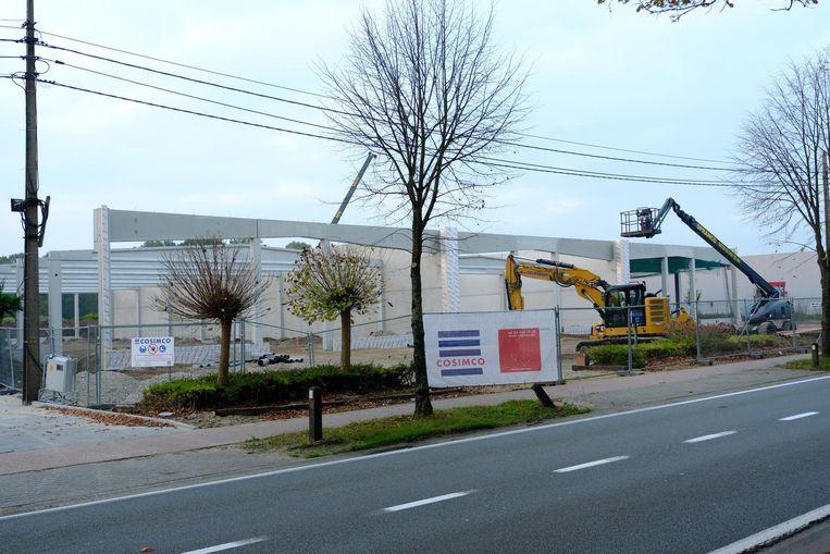 Het nieuwe winkelcomplex is in opbouw.