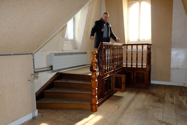 Op de zolder van het kasteel had Ernest Van Dijck een oefenpodium. Burgemeester Walter Horemans test hier het podium uit