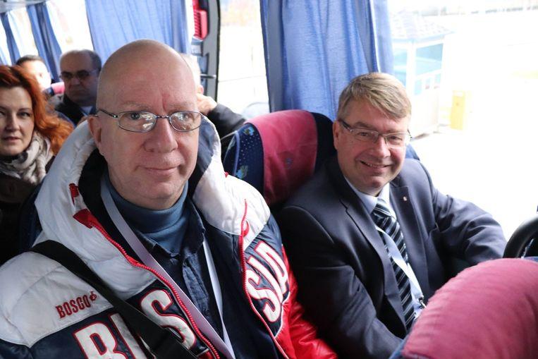 VB-Kamerlid Jan Penris (rechts) trok als verkiezingswaarnemer naar Oekraïne. Daar poseerde hij met lobbyist Kris Roman, die met z'n 'Russia'-jas weinig moeite doet om neutraal over te komen.