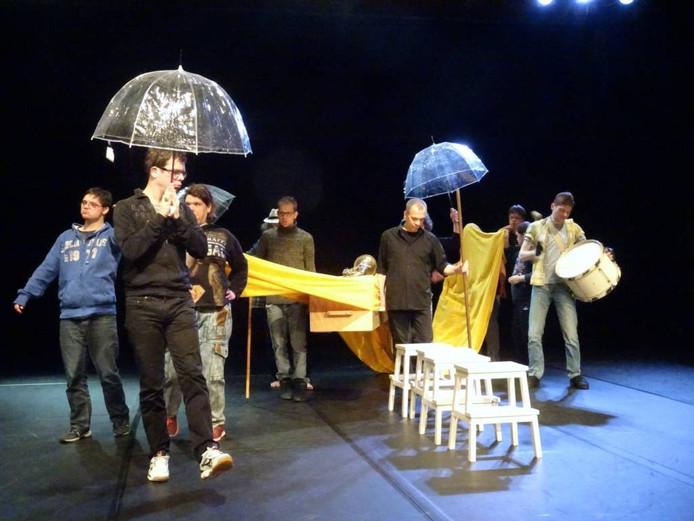 De acteurs van Carte Blanche tijdens een repetitie voor een theaterstuk over de dood. foto's Liesbeth van Well