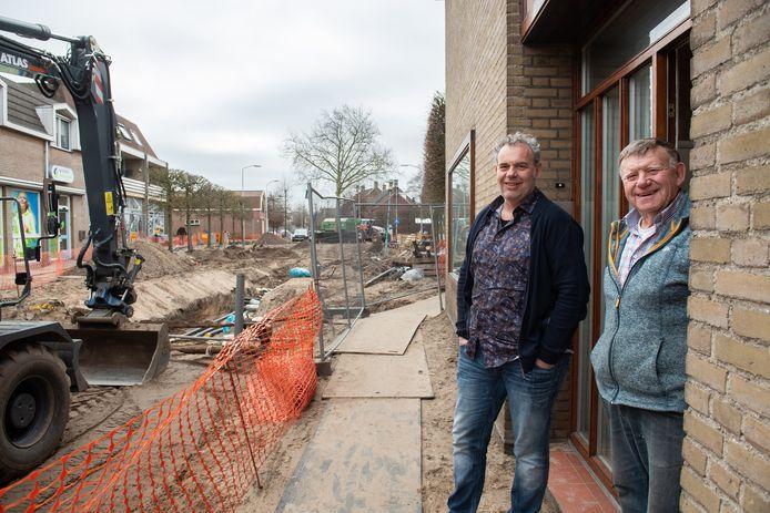 Pim de Ridder (links) van TEC met zijn vader Jan in de Hoofdstraat in Terheijden, waar het warmtenet wordt aangelegd.