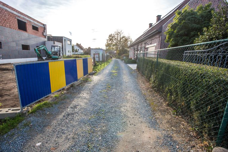 Bewoner Louis Willocx haalde rechts in beeld een rij struiken weg om de straat breder te maken