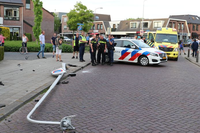 Het ongeluk gebeurde rond 20.45 uur. Toen botste de auto tegen een lantaarnpaal, die vervolgens omviel.