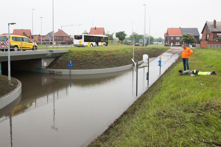 De fietstunnel is volledig ondergelopen en zal mogelijk nog de ganse week afgesloten blijven.
