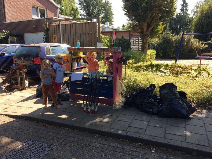 Van oude pallets werd een 'winkeltje' gemaakt. Tweede van links de 7-jarige Joep, initiatiefnemer van de schoonmaakactie.