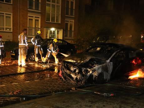 Auto brandt volledig uit in Haagse Bentelostraat
