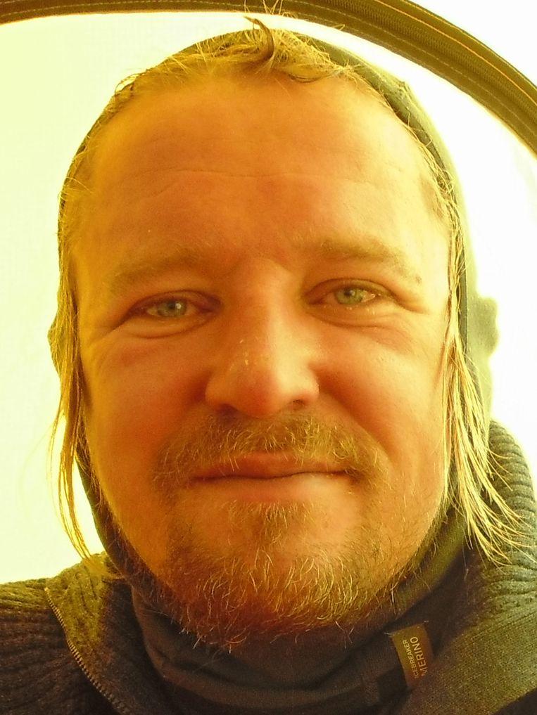 De volgende foto's tonen het effect van de klim op Lassche. Hij maakte gedurende het proces negen foto's van zichzelf. Hier zit hij al vier dagen alleen op 6.439 meter. 6/9 Beeld Geert Jan Lassche