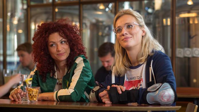 Jennifer Hoffman (r) en Eva van de Wijdeven (l) in een scène uit Hartenstrijd