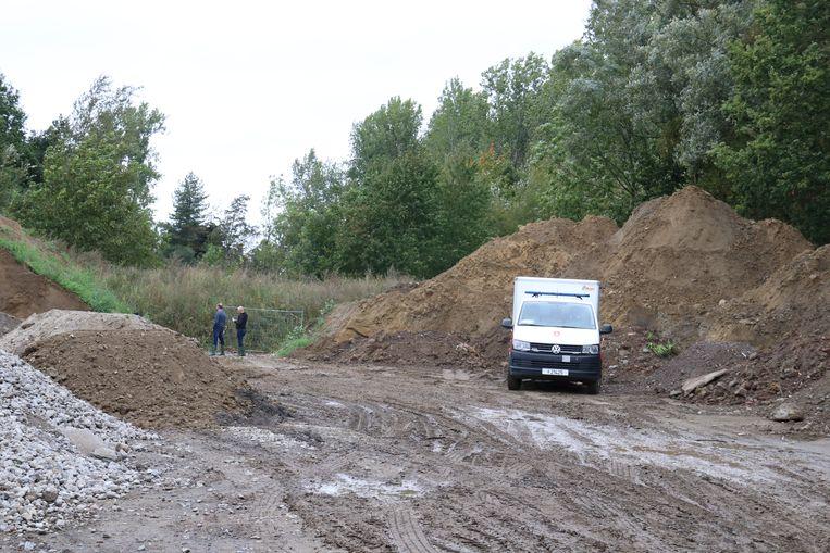 DOVO bracht de obussen tot ontploffing op de Spuimeersweg in Hofstade tussen een hoop grond.