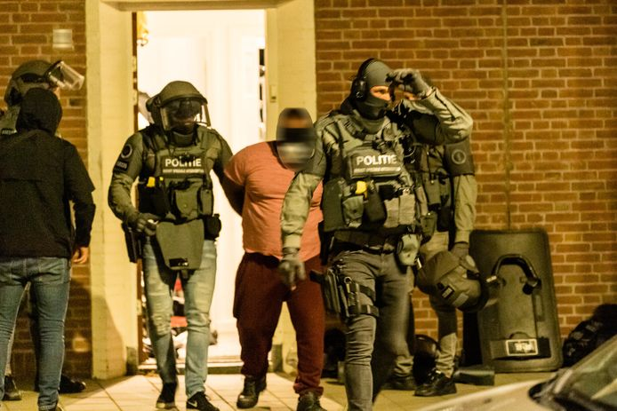 Arrestatieteam van de Marechaussee pakt verdachte drugssmokkelaar op in woning aande Van Oldebarneveldstraat in Tilburg.
