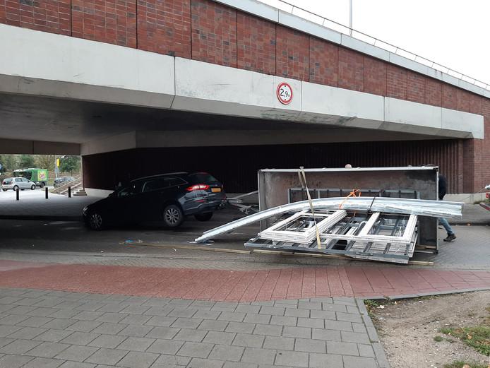 Een automobilist is met zijn lading tegen de onderdoorgang van de Oversteek gebotst in de Weurtseweg.