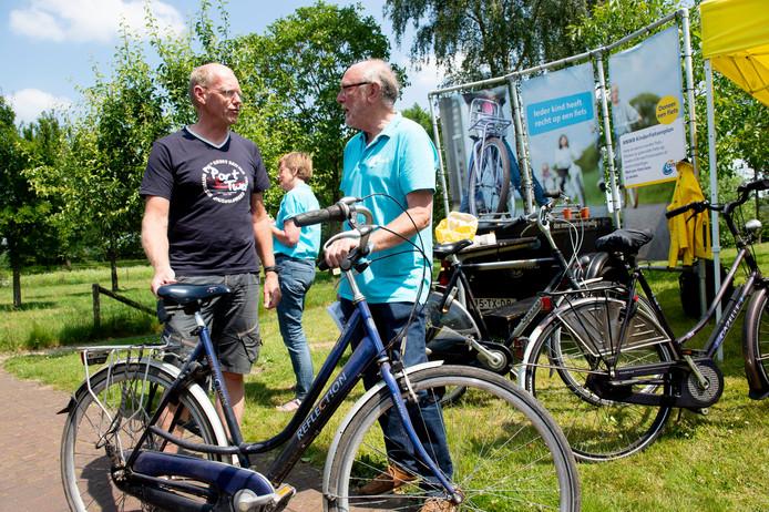 """ANWB-kinderfietsenplan zamelde zaterdag tijdens de toertocht """"Epe fietst voor Epe"""" gebruikte fietsen in voor kansarme jongeren van 10 jaar en ouder. Inmiddels zijn er al 12.500 fietsen gedoneerd, maar er zijn nog veel meer nodig. Op de foto Rienk van der Werff (rechts), ANWB-consulent uit Epe."""