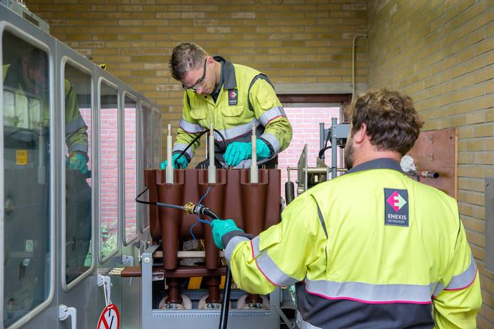Monteurs van Enexis aan het werk in een middenspanningsstation.