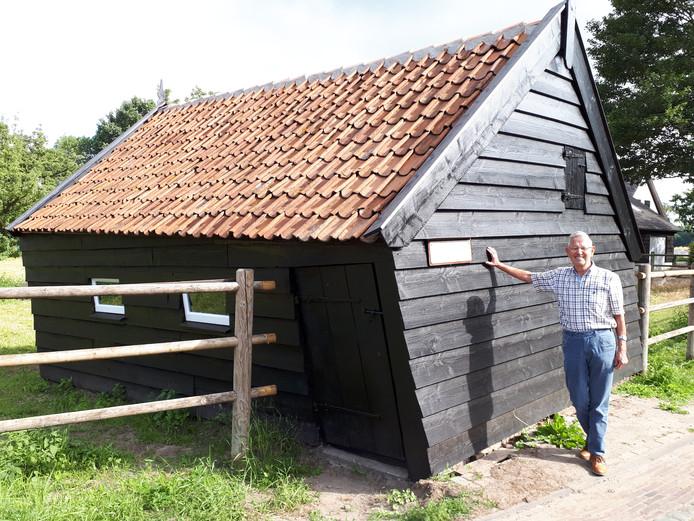 Jan van Strien bij de historische schapenschuur in Raamsdonk.
