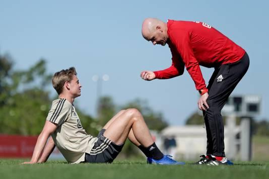 Erik ten Hag in Orlando in gesprek met Frenkie de Jong.