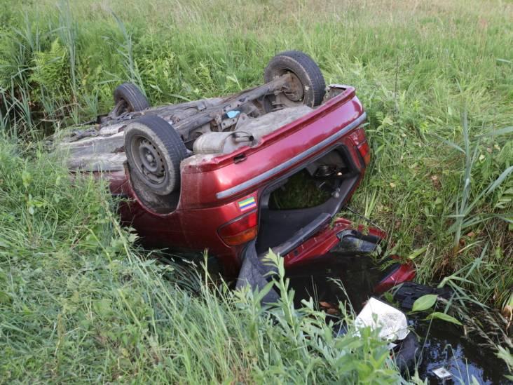 Automobilist belandt met auto ondersteboven in sloot in Schijndel en neemt de benen