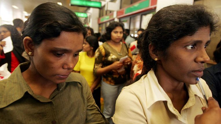 Twee vrouwen uit Sri Lanka, die geëvacueerd werden uit Libanon, arriveren op het vliegveld in Colombo. Beeld reuters