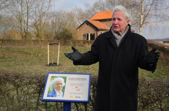 Een ontroerde Jan Terlouw bij het herdenkingsbord van zijn vrouw.