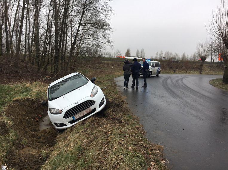 In de Roeselarestraat tussen Ieper en Langemark belandden twee voertuigen in de gracht.