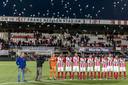 De spelers van TOP Oss houden in eigen stadion een minuut stilte voorafgaan aan de wedstrijd tegen Sparta.