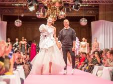 Rode loper wordt uitgelegd op Grote Markt in Goes als alternatief voor Goes Couture