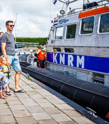 Reddingboot KNRM ligt even in jachthaven Zuid-Beijerland