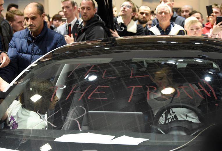 Ook bij Tesla werd actie gevoerd en werden wagens beklad.
