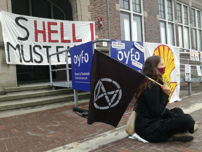 Extinction Rebellion voert actie op de stoep van Techniekmuseum Oyfo in Hengelo, als protest tegen de samenwerking van Oyfo met Shell.