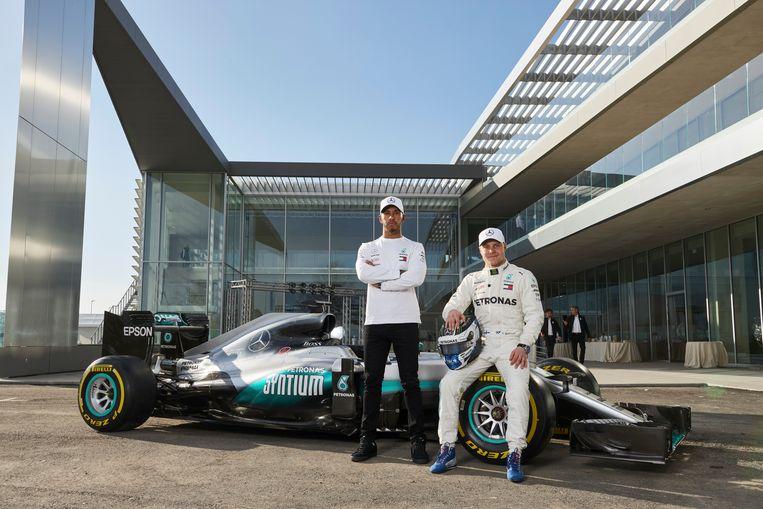 Lewis Hamilton en Valtteri Bottas bij hun nieuwe bolide.