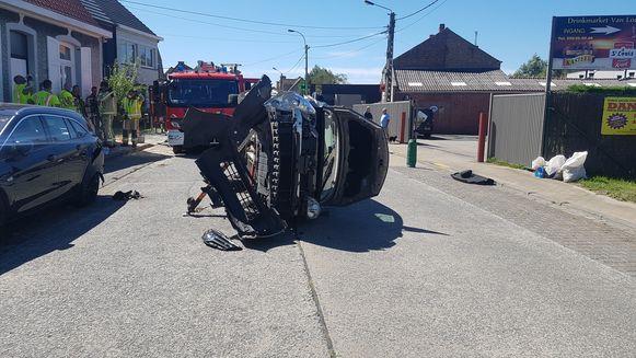 De auto belandde op de zijkant na een botsing met een geparkeerd voertuig.