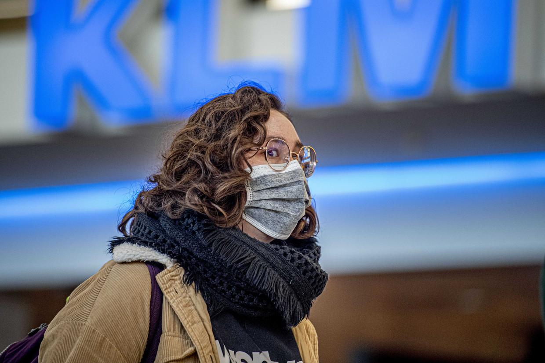 Op luchthaven Schiphol is het rustiger dan normaal. Meerdere luchtvaartmaatschappijen schrapten vluchten in verband met het coronavirus Covid-19. Op de beurs keldert de koers van KLM.