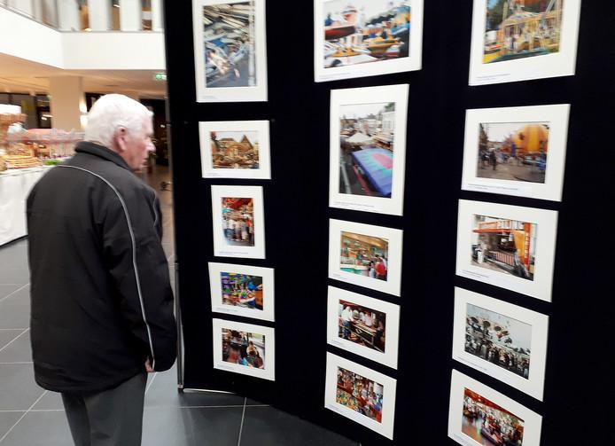 Herinneringen ophalen  met foto'sop de kermisexpo in Parrotia Roosendaal