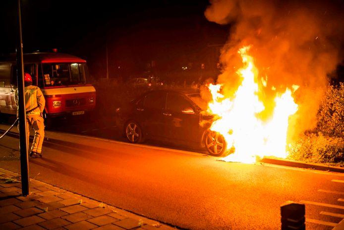 In de Mierloseweg in Geldrop woedde dinsdagnacht een autobrand.