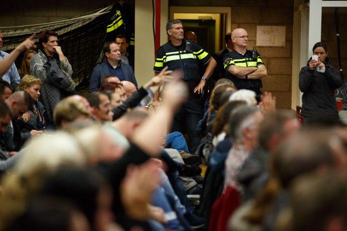 Bijeenkomst tussen gemeente, voor- en tegenstanders van een asielzoekerscentrum in Steenbergen.
