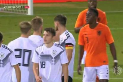 Frank Rijkaard achterna: jeugdinternational Oranje spuwt op Duitse tegenstander en kijkt tegen schorsing aan