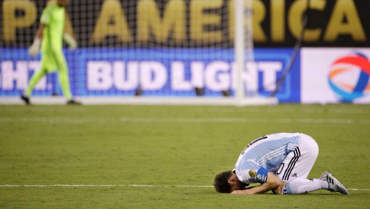 Lionel Messi verwerkt zijn teleurstelling na de gemiste strafschop. Beeld ap