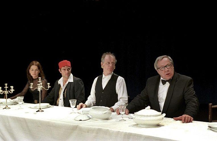 Genio de Groot (tweede van rechts) in Festen van De Ploeg, 2003. Beeld