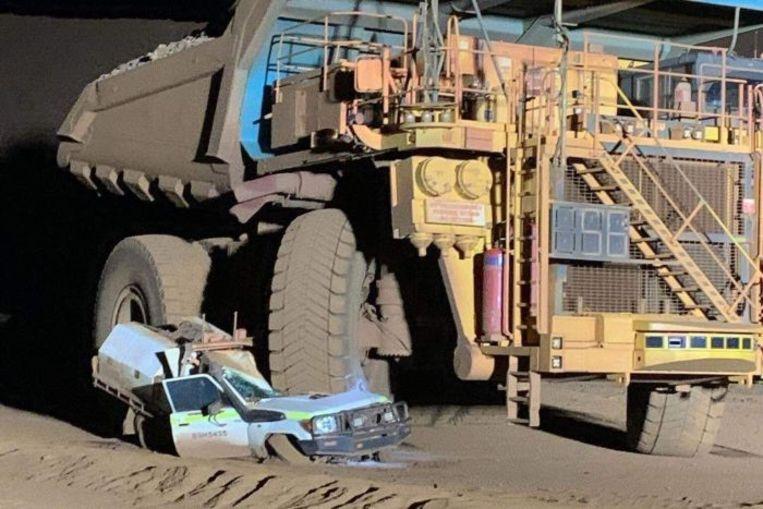 Op deze foto is te zien dat de Toyota redelijk in de dode hoek van de truck zit, rechts bovenin is de stuurcabine.