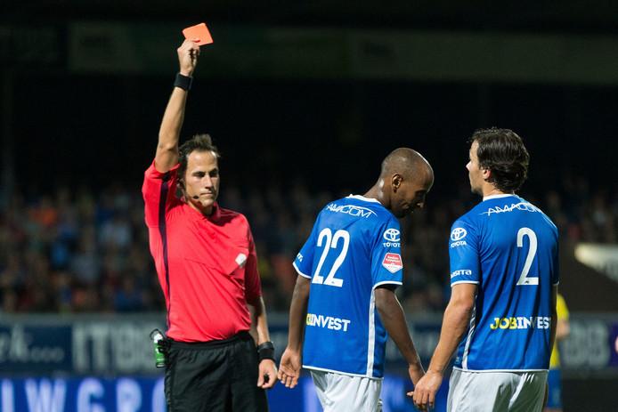 Abdulsamed Abdullahi of FC Den Bosch krijgt de rode kaart.