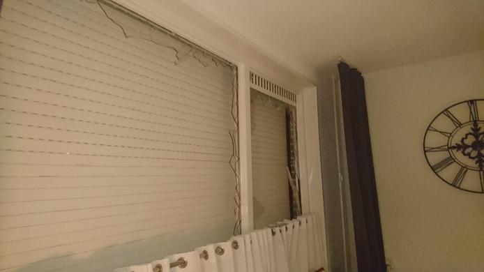 Door de klap ging de ruit aan diggelen in de woning.