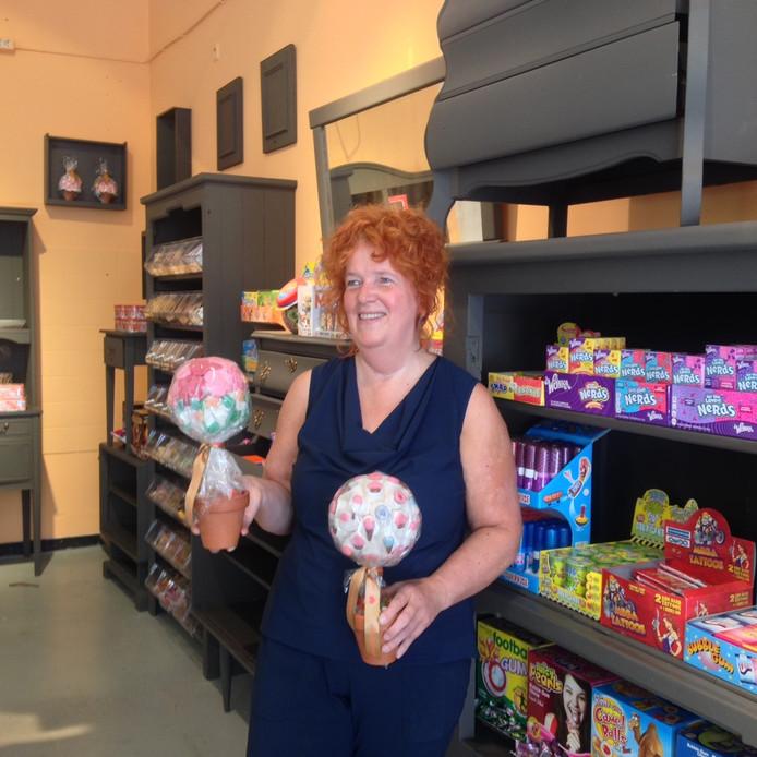 Rita van Alebeek met 'snoepbomen' in haar snoepwinkel in de Bossche Hinthamerstraat.