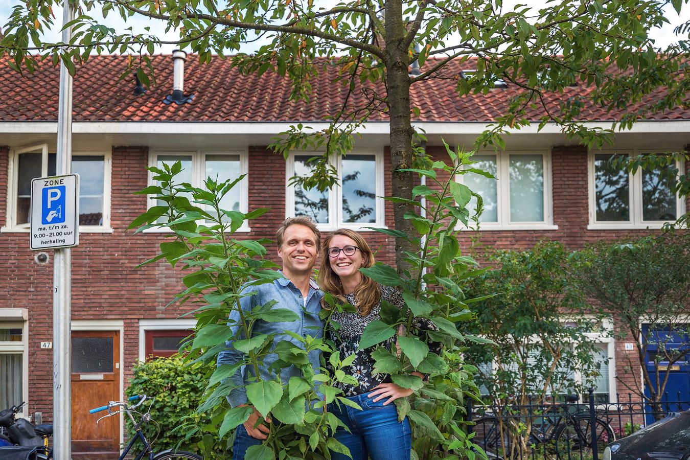 Henk Steinz (30) en Ingrid van Prooijen (27) voor hun huis wat binnenkort duurzaam wordt verbouwd.