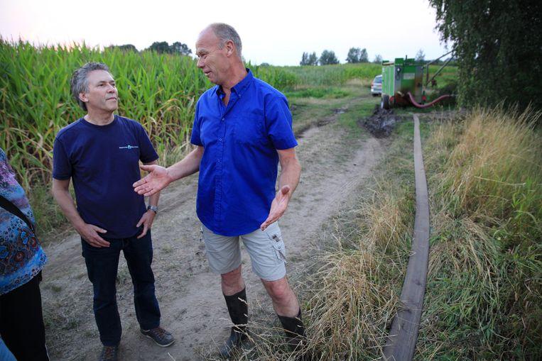 Een medewerker van Waterschap Rijn en IJssel in gesprek met een boer.   Beeld null