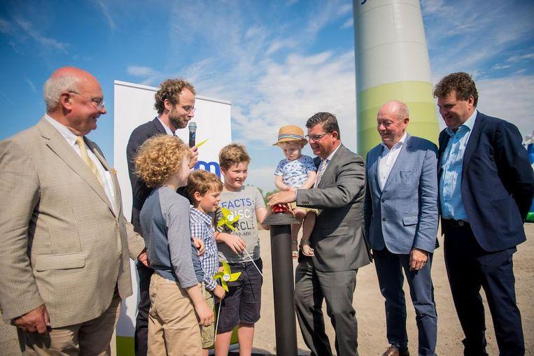 Enkele kinderen zetten de windturbines in werking met een druk op de knop.