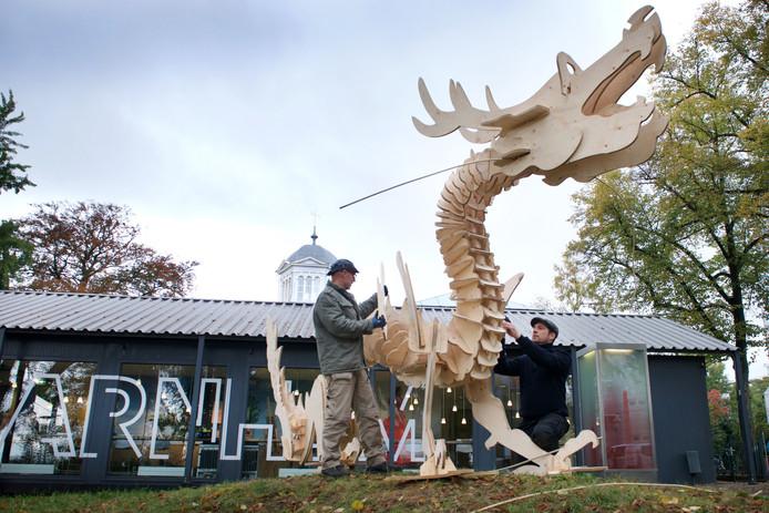 Mark Lavelle (l) en Bartel Meyburg bouwen aan de draak die prinses Arnerijntje gaat redden.